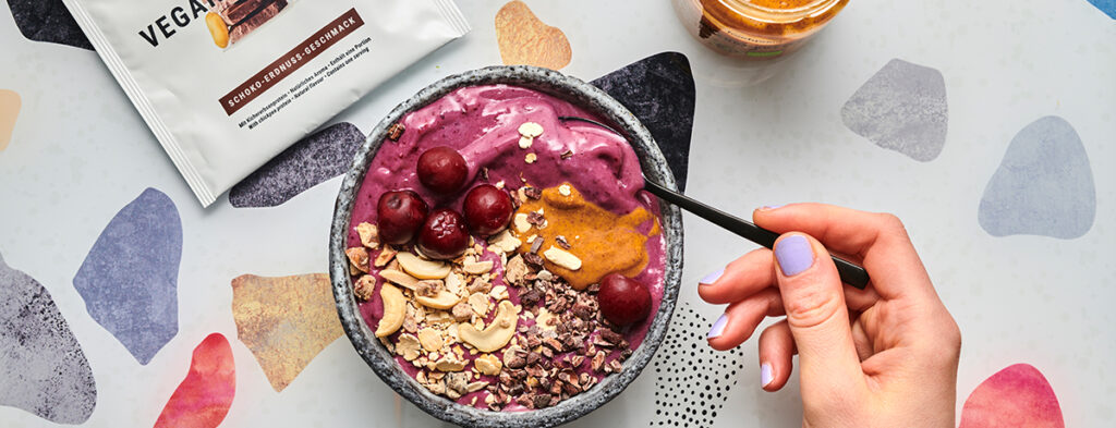 Smoothie Bowl vegan alle ciliegie, cioccolata e arachidi