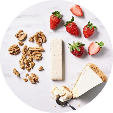 Top view Protein Bar accanto a delle fragole
